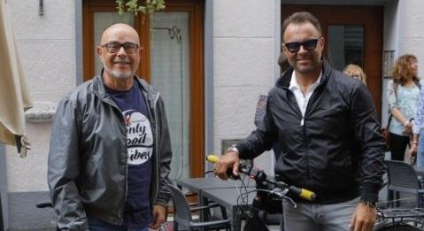Tappa-in-via-del-Toro-per-i-due-ciclisti-solidali-della-Casa-del-Dono.jpg